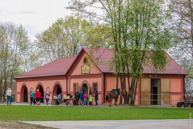 Здание конюшни