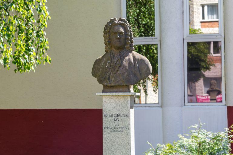 Памятник Иоганну Себастьяну Баху