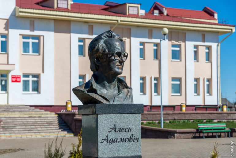 Бюст Алеся Адамовича