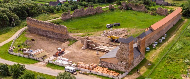 Кревский замок и его копия, а еще костел, церковь и жертвенный камень